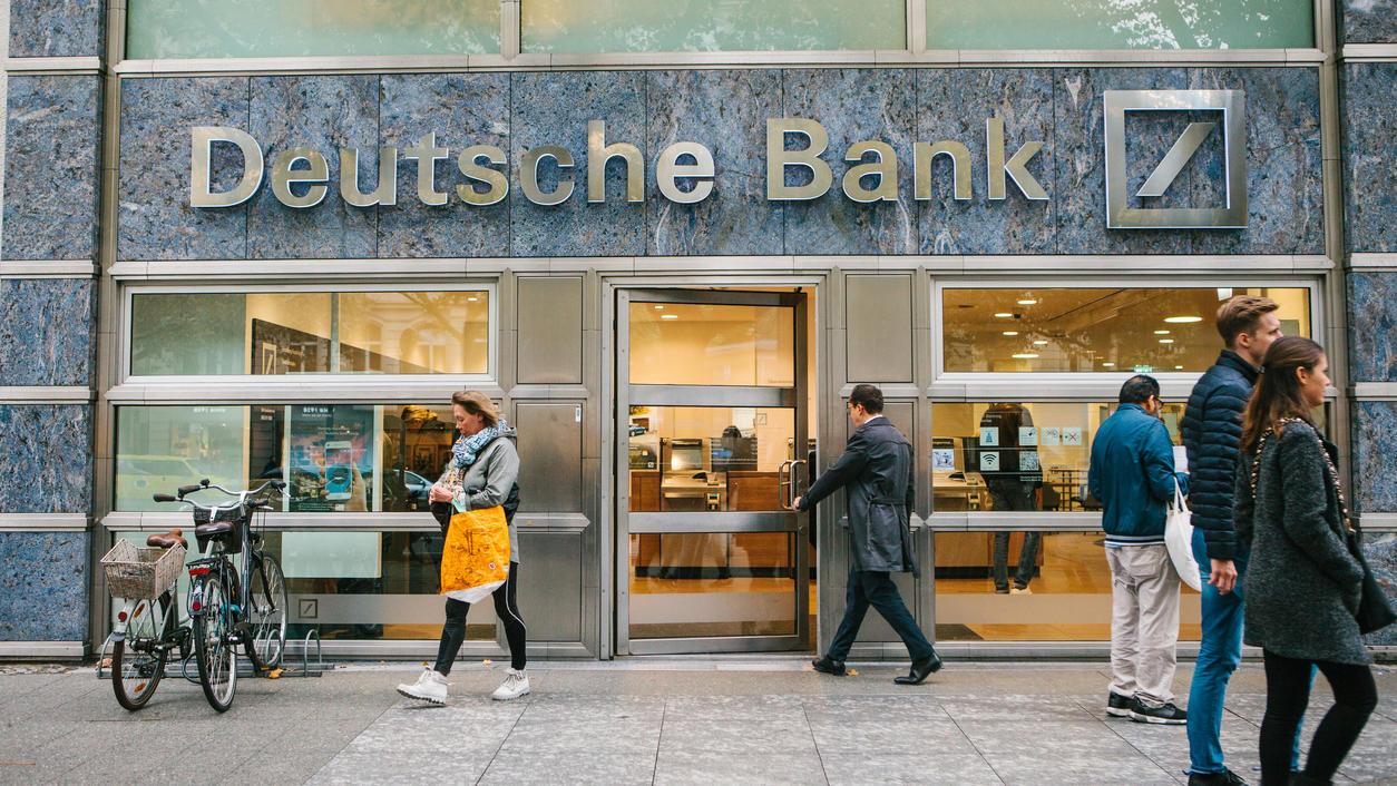 Unbekannter Mann betritt das schöne gläserne Büro der Deutschen Bank