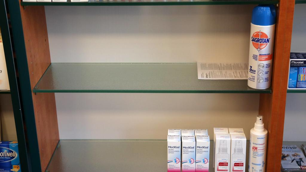 Corona 28.02.2020 , Erfurt, Apotheke, Desinfektionsmittel/ Händedesinfektion und Flächendesinfektion ist weitestgehend vergriffen und nicht nachbestellbar, die Kunden stehen vor leeren Regalen *** Corona 28 02 2020 , Erfurt, pharmacy, disinfectant h