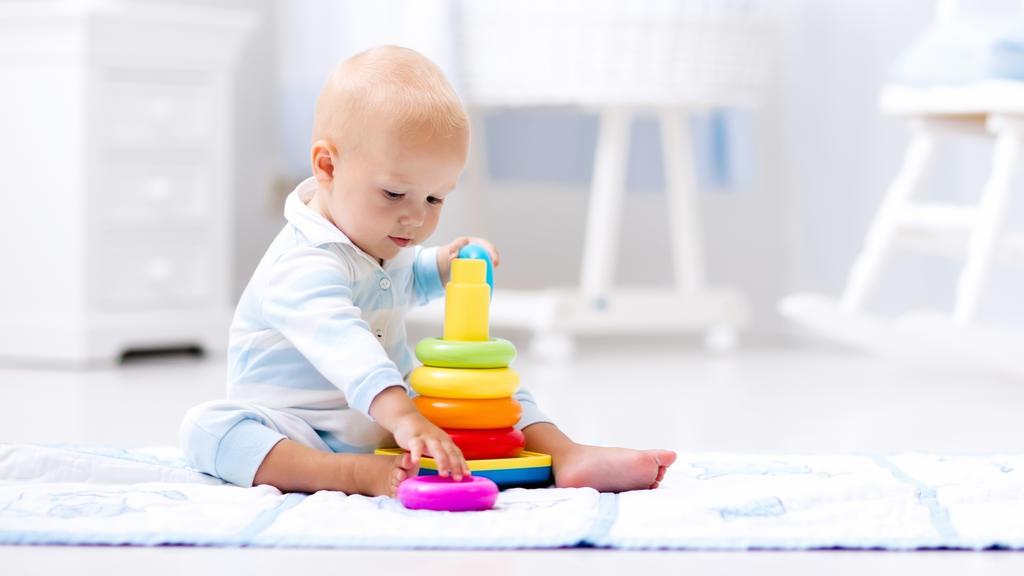 Baby spielt mit bunten Ringen