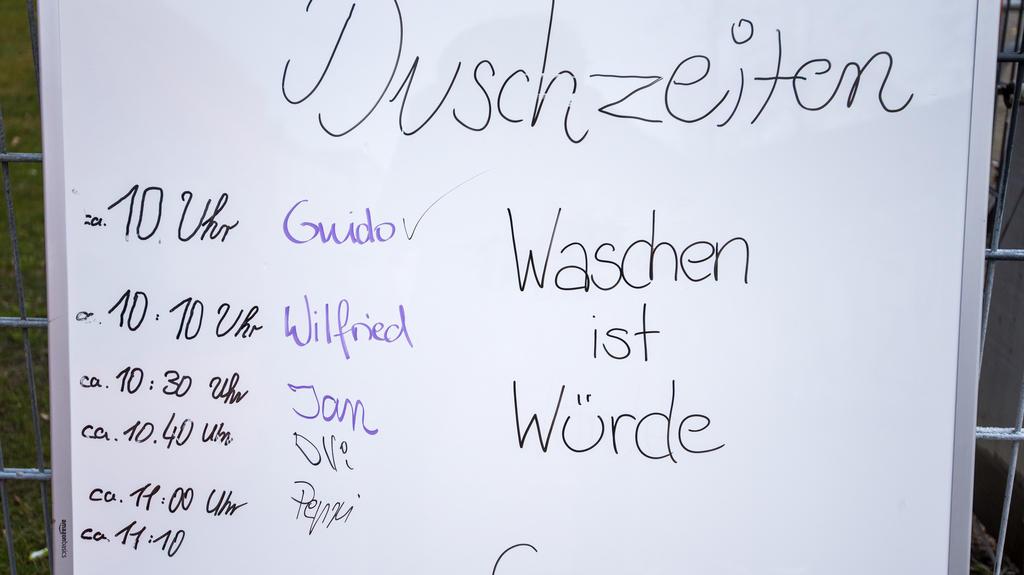 01.04.2020, Hamburg: Ein Schild mit den Duschzeiten für Obdachlose steht vor dem Hallenbad St. Pauli. Obdachlose können in diesem Schwimmbad die Duschen nutzen. Foto: Daniel Bockwoldt/dpa +++ dpa-Bildfunk +++