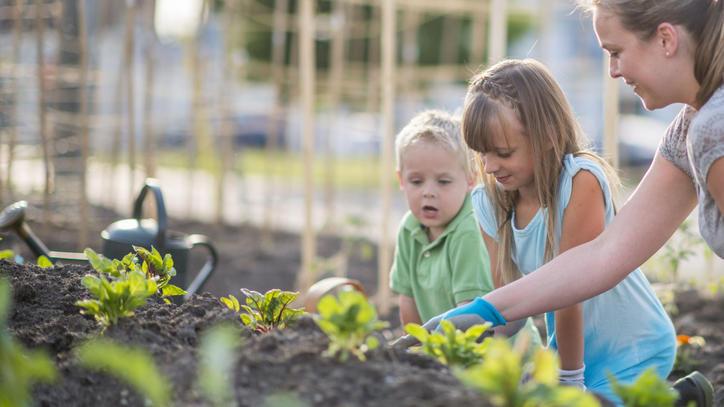 Auch Kinder können helfen, den Garten fit zu machen
