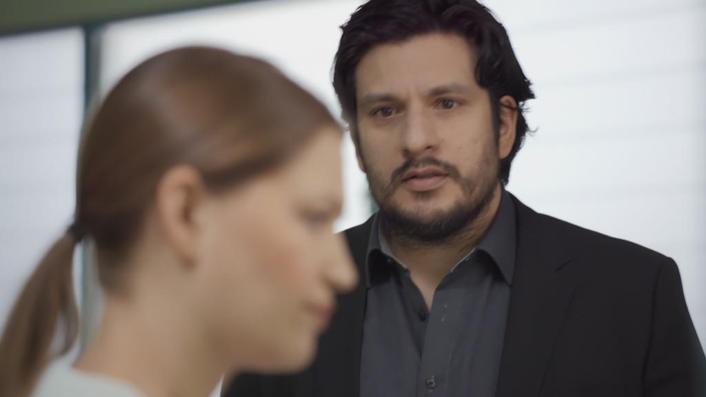 AWZ: Maximilian schaut Nathalie an.