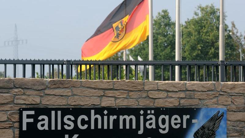 Die Deutsche Flagge weht am Haupttor zur Fallschirmjäger-Kaserne in Seedorf auf Halbmast. Foto: Ingo Wagner/dpa