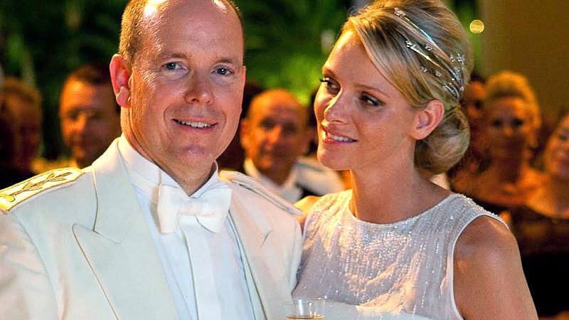 Fürst Albert von Monaco und seine Frau, Fürstin Charlene, stoßen nach ihrer Hochzeit in Monaco an (Archivfoto vom 04.07.2011).