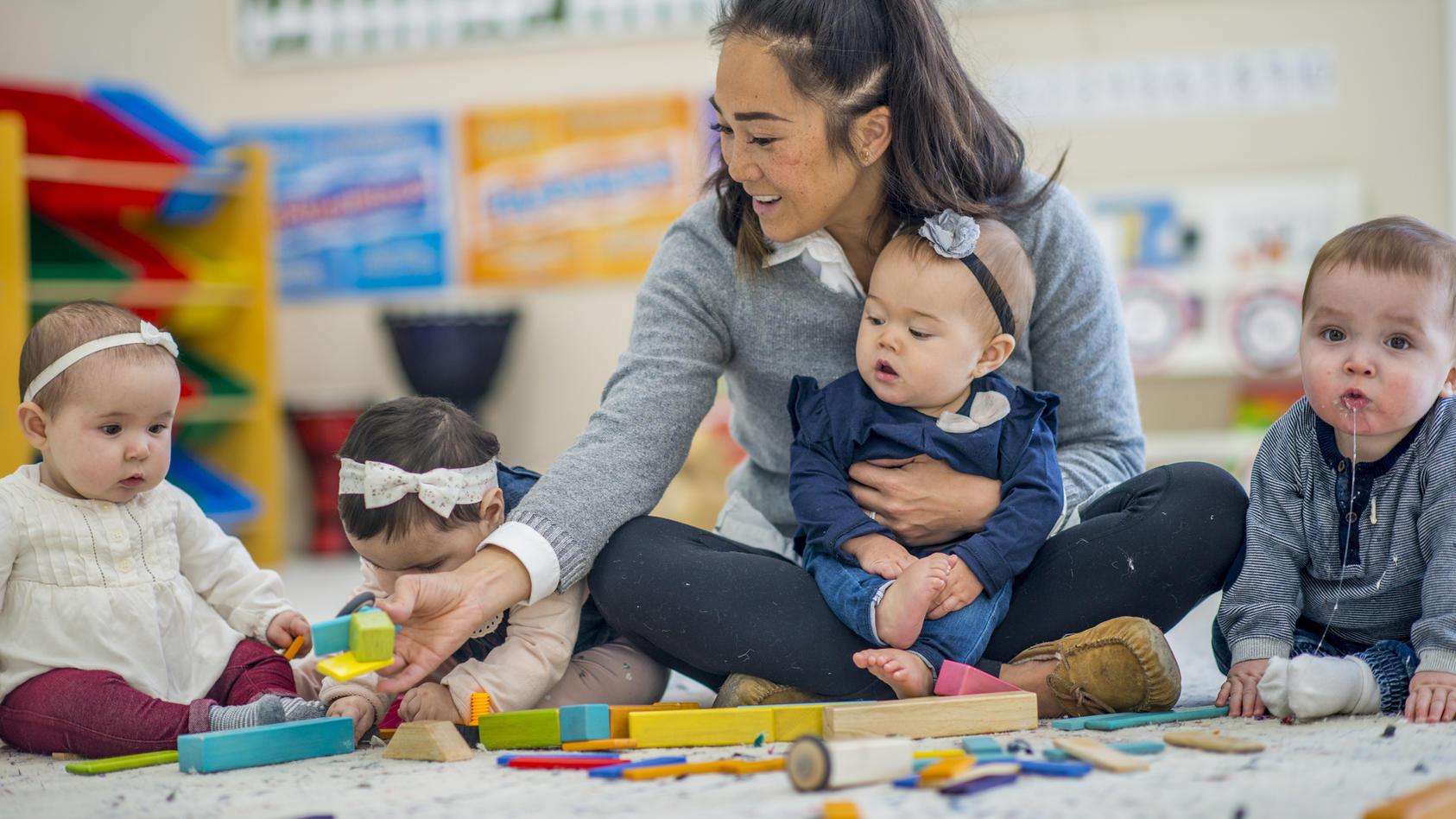 Fördern, aber nicht überfordern: Bei allem Enthusiasmus bei der Babyförderung sollten Eltern darauf achten, dass das Baby nicht überanstrengt wird. Wie Sie Ihr Baby im richtigen Maße fördern können, verraten wir hier.