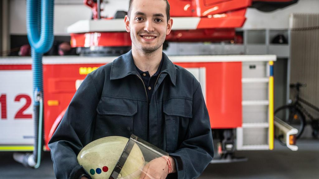 02.04.2020, Hessen, Schwalbach am Taunus: Leon Henzner (21) steht in der Halle der Freiwilligen Feuerwehr Schwalbach. Seit dem 16.03. haben sich zahlreiche Mitglieder in eine Art freiwillige Quarantäne begeben, um die Einsatzfähigkeit der Feuerwehr i