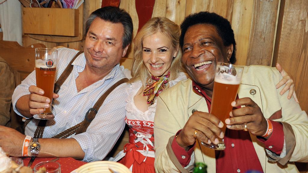 Der Moderator und Sportreporter Waldemar Hartmann (l) und der Sänger Roberto Blanco und seine Freundin Luzandra Strassburg posieren am Mittwoch (23.09.2009) auf dem 176. Oktoberfest auf der Theresienwiese in München (Oberbayern) beim Radio Gong Wiesn