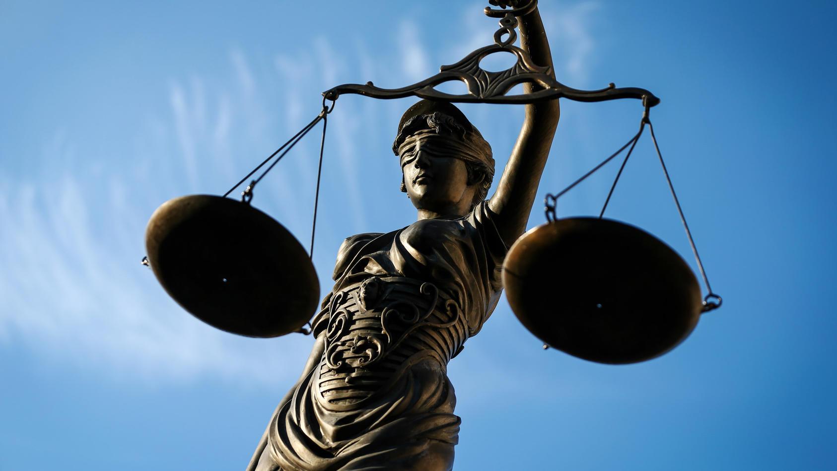 Prozess um Tod eines Polizisten bei einer Festnahmeaktion: Sechs Jahre Haft für Angeklagten. Symbolbild Unabhängigkeit der Justiz - Justitia