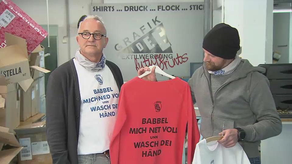 """Grafik-Idee""-Gründer Uwe Eisenmann mit dem Corona-Shirt"