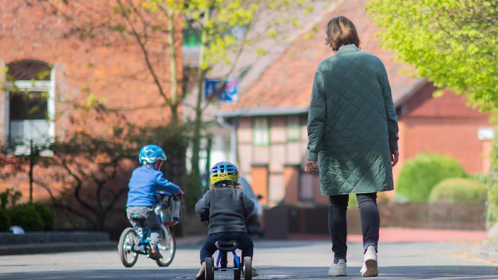 16.04.2020, Niedersachsen, Hannover: Jonte und Frida gehen mit ihrer Mutter spazieren. Eltern kommen bei der Corona-Pandemie nach fünf Wochen ohne Schule und Kita als Krisenmanager an ihre Belastungsgrenze. Wie lässt sich der Quarantäne-Koller innerh