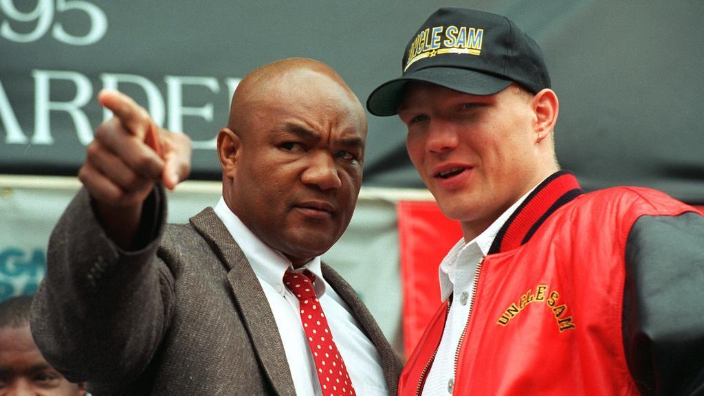 ARCHIV - 20.04.1995, USA, Las Vegas: Der damalige amtierende Schwergewichts-Weltmeister George Foreman (l) steht neben seinem Herausforderer Axel Schulz aus Deutschland nach dem offiziellen Wiegen. (zu dpa: «Schulz 25 Jahre nach Foreman: «Ich kam als