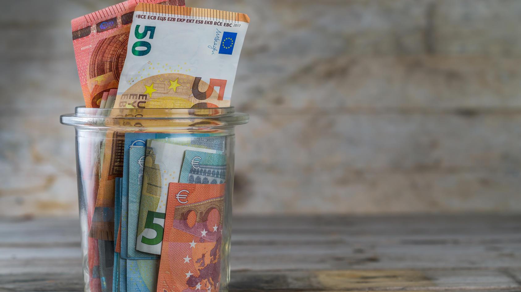 Die Deutschen legen in Zeiten Corona lieber Geld zur Seite, als es auszugeben