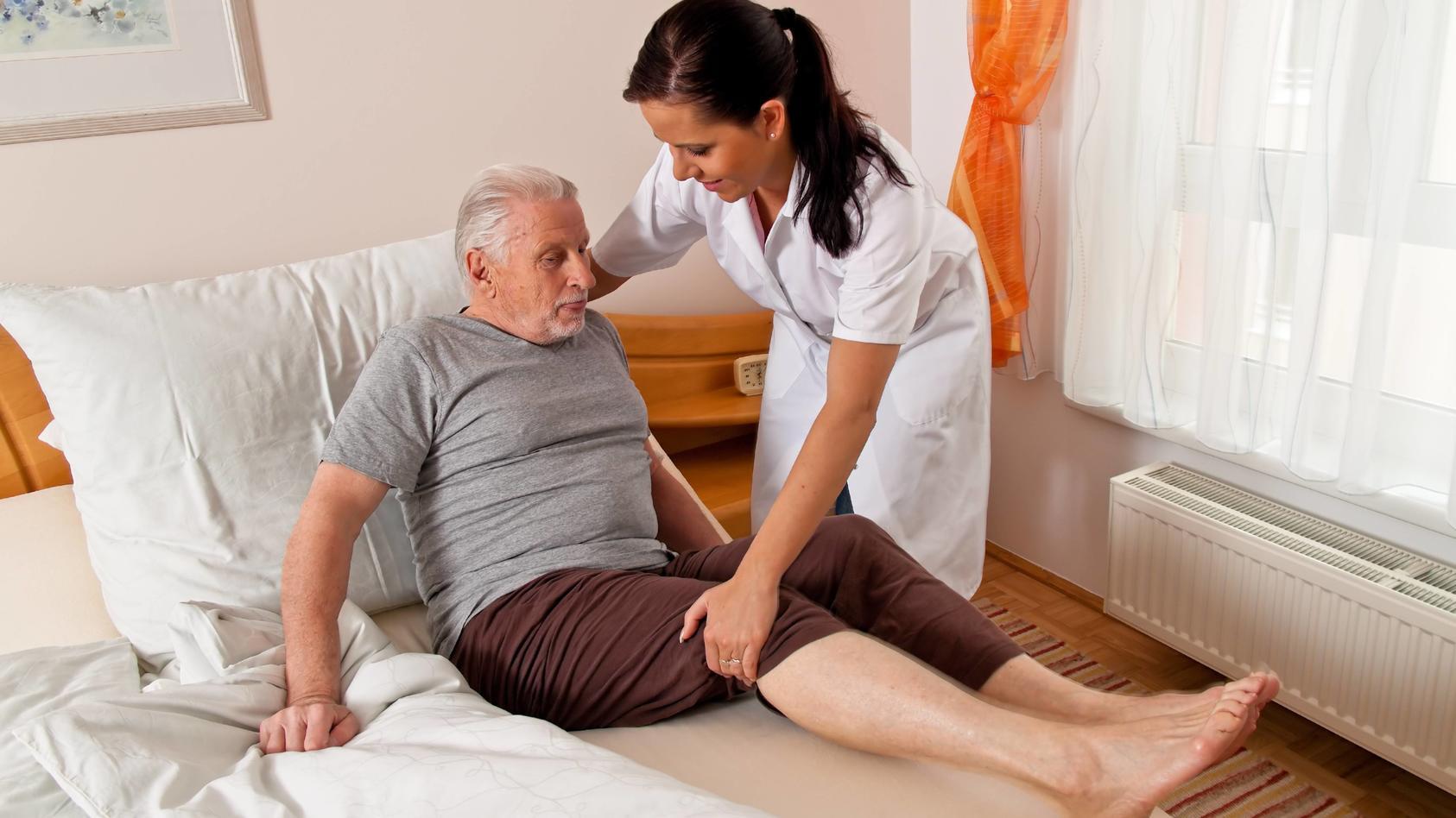 Der Verdienst von Pflegerinnen und Pfleger ist gestiegen.