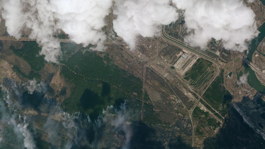 HANDOUT - 10.04.2020, Ukraine, Tschernobyl-Zone: Die Satellitenaufnahme zeigt einen Blick auf Rauchwolken eines Waldbrands in der Sperrzone um das stillgelegte Atomkraftwerk Tschernobyl am 10.04.2020. In dem radioaktiv belasteten Gebiet stellen Waldb