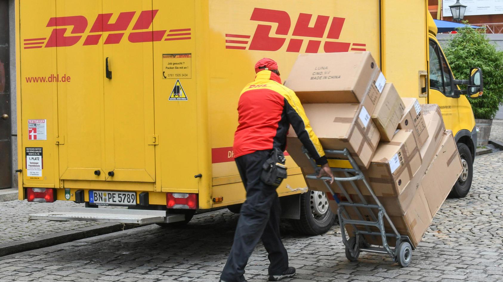 DHL-Paketzustellung in der Vorweihnachtszeit in Freiburg. *** DHL parcel delivery in Freiburg during the pre-Christmas