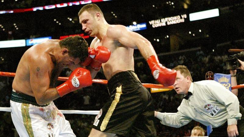 Vitali Klitschko (M) gegen Corrie Sanders in Los Angeles. Foto: Brendan Mcdermid