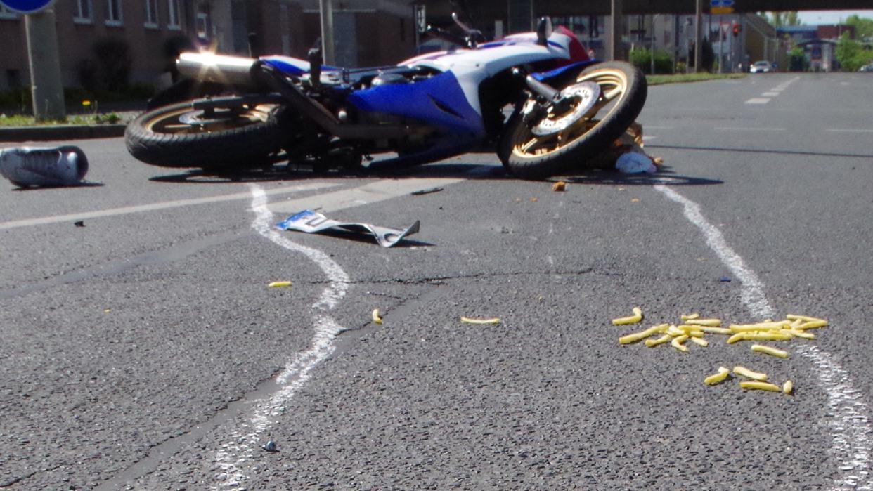 Motorradfahrer isst Pommes und Chicken Wings während der Fahrt: Schwerer Unfall