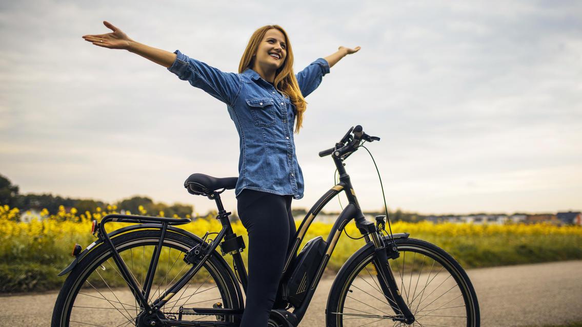 Dank E-Bikes schaffen selbst untrainierte Fahrer längere Strecken – ganz entspannt. Doch was ist beim Kauf zu beachten?