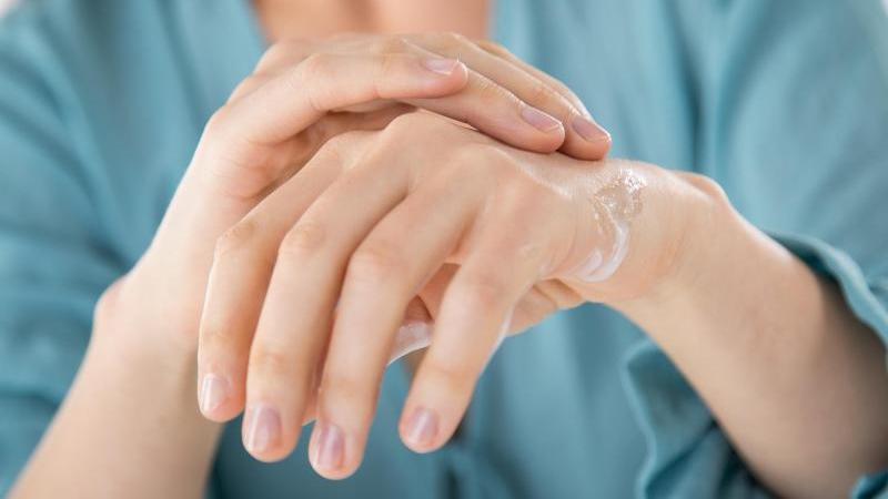 Waschen ist wichtig - Pflege aber auch: Strenge Hygieneregeln sind für die Hände auch eine Belastung.