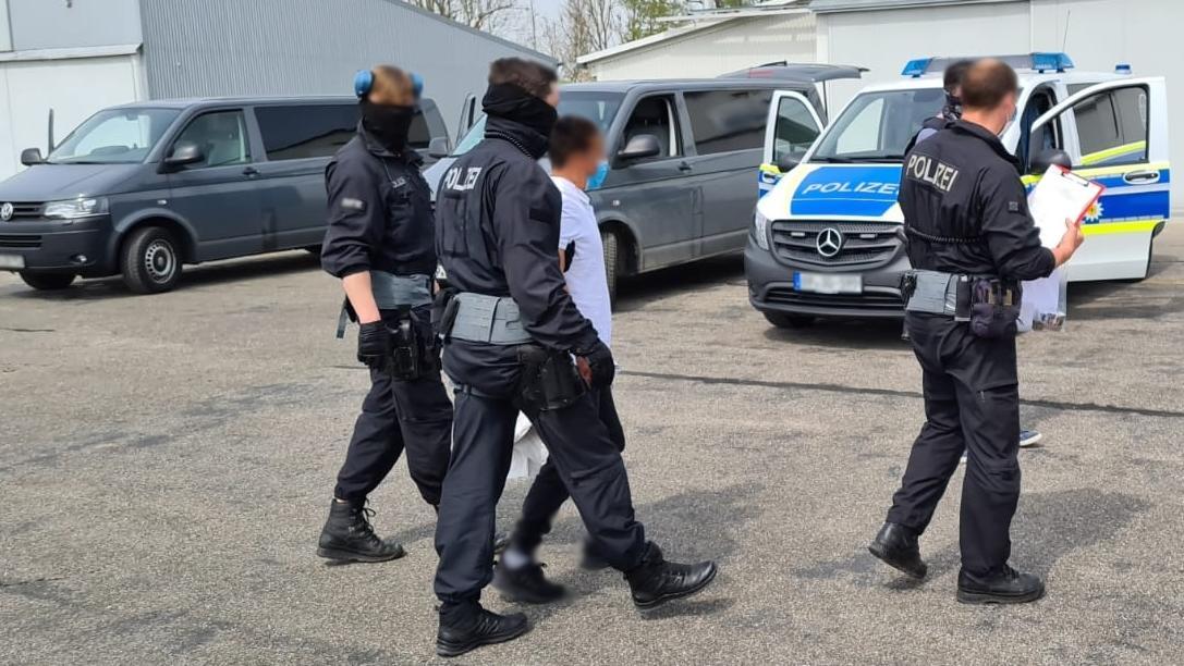 Die Bundespolizei hat am Montag (27. April) im Auftrag der  Staatsanwaltschaft Landshut mehrere Durchsuchungsbeschlüsse  vollstreckt.