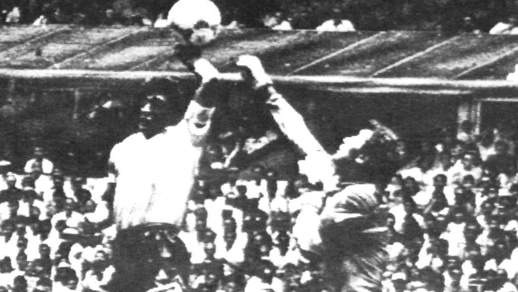 ARCHIV - Eine berühmte und vieldiskutierte Szene der Fußball-WM-Geschichte mit Tatort Aztekenstadion in Mexiko-Stadt: Die argentinische Fußball-Legende Diego Maradona (l) boxt in der 51. Minute des Viertelfinalspiels gegen England im Springen den Fla