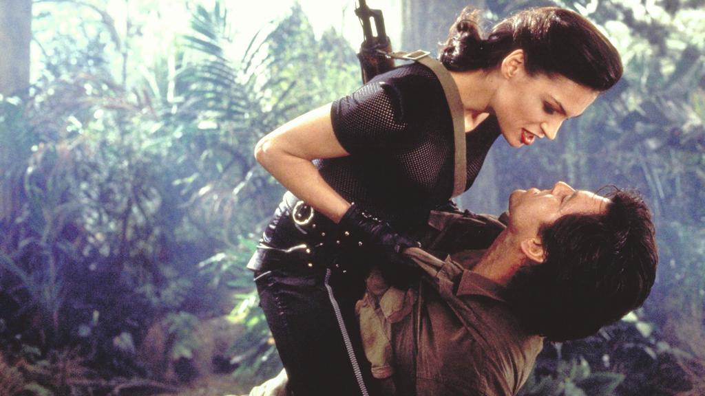 Xenia Onatopp (Famke Janssen, li.) und Geheimagent James Bond 007 (Pierce Brosnan) . Kinostart: 28.12.1995