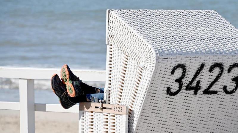 Ein Strandkorb inWesterland auf Sylt: In den deutschen Urlaubsorten könnte es in diesem Sommer so richtig voll werden. Foto: Carsten Rehder/dpa/dpa-tmn