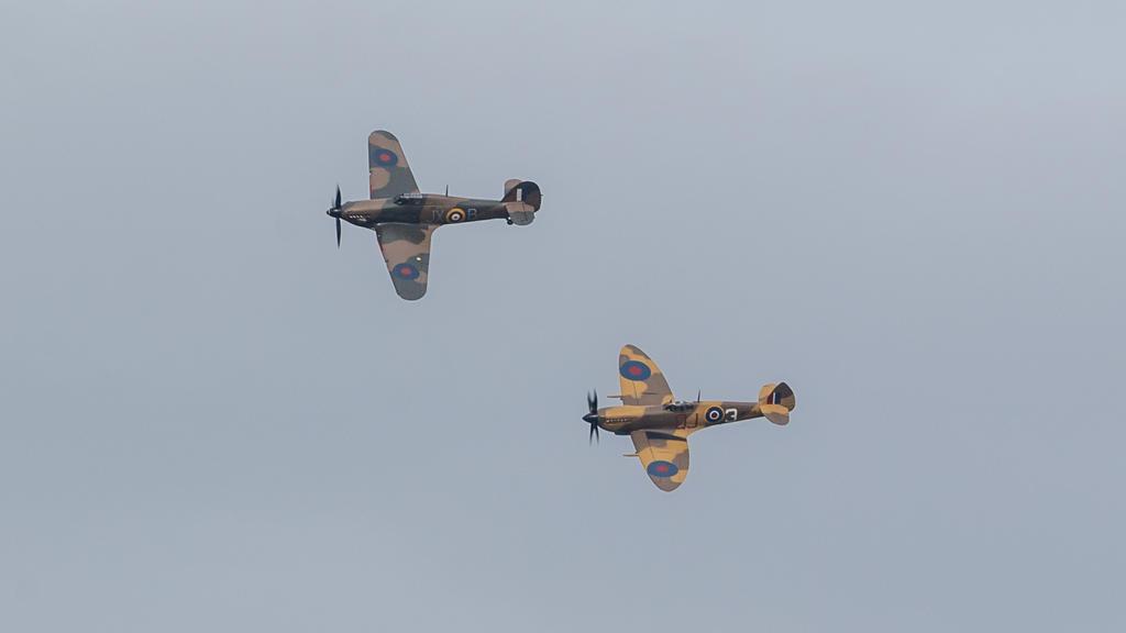 """30.04.2020, Großbritannien, Bedford: Die Einheit der Royal Air Force """"Battle of Britain Memorial Flight"""" überfliegt das Haus von Captain Tom Moore. Captain Moore, der mehr als 29 Millionen Pfund für den NHS gesammelt hat, indem er Runden durch seinen"""