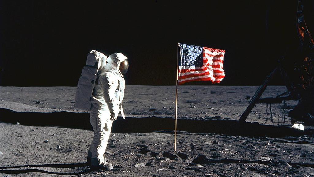 Astronaut Buzz Edwin Eugene Aldrin USA neben der amerikanischen Fahne auf dem Mond während der Mission Apollo 11 - PUBLICATIONxINxGERxSUIxAUTxHUNxONLY - KSC99071508