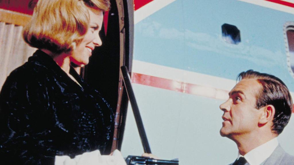 Pussy Galore (Honor Blackman, li.) und Geheimagent James Bond 007 (Sean Connery, re). Kinostart: 14.01.1965