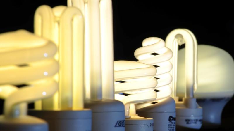 Parallel zum Verbot der 60-Watt-Glühbirne steigen die Preise für Energiesparlampen.