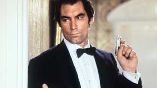"""Der britische Schauspieler Timothy Dalton als James Bond in einer Szene seines zweiten Bond-Filmes """"Lizenz zum Töten"""" im Jahr 1988."""