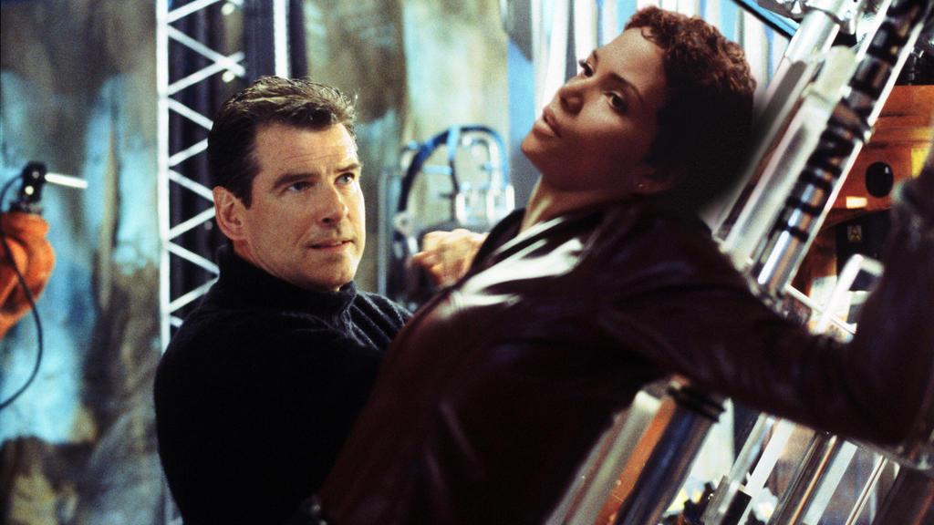 """Pierce Brosnan und Halle Berry in """"James Bond 007 – Stirb an einem anderen Tag"""" aus dem Jahr 2002"""