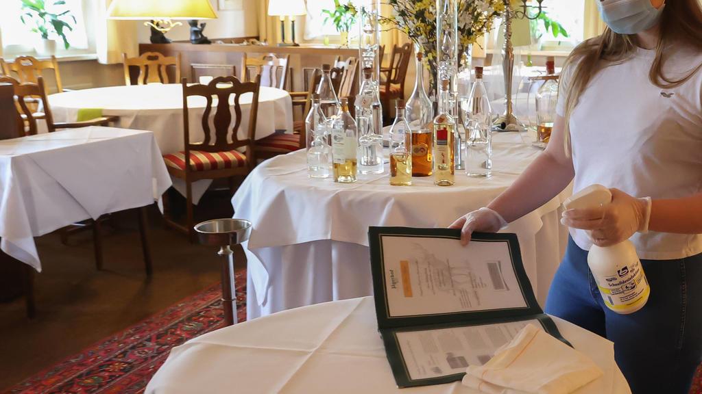 Hannover, 05.05.2020, Gastronomen bereiten sich nach Corona-Shutdown auf das wieder öffnen vor, Gastronomie, Restaurant, desinfizieren der Speisekarte, *** Hanover, 05 05 2020, restaurateurs are preparing to reopen after Corona shutdown, gastronomy,