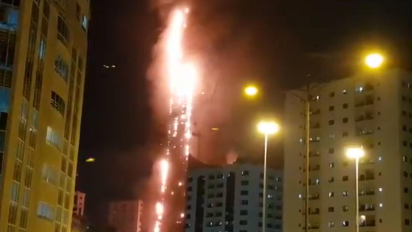 Abbco-Tower in den Vereinigten Arabischen Emiraten steht in Flammen