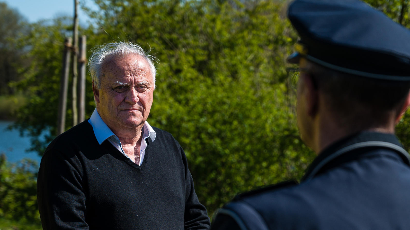 Klaus Bouillon (CDU), saarländischer Innenminister, informiert sich bei einem Polizisten über die Lage an den Grünflächen der Stadt Saarbrücken.