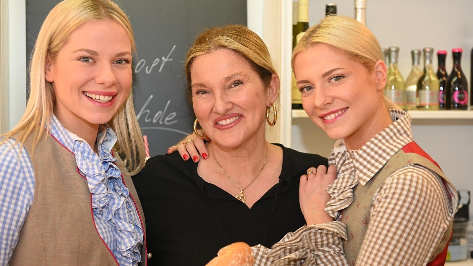 Cheyenne mit Mutter Samanda und Schwester Valentina Pahde in ihrem Feinkost-Laden in München.