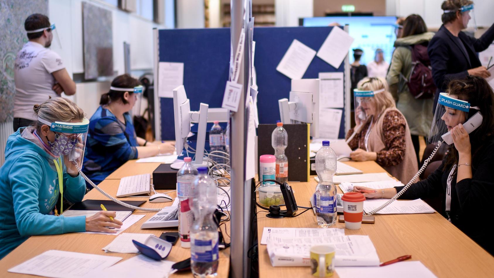 Mit Telefon, Papier und Stift verfolgen Gesundheitsämter das Coronavirus.