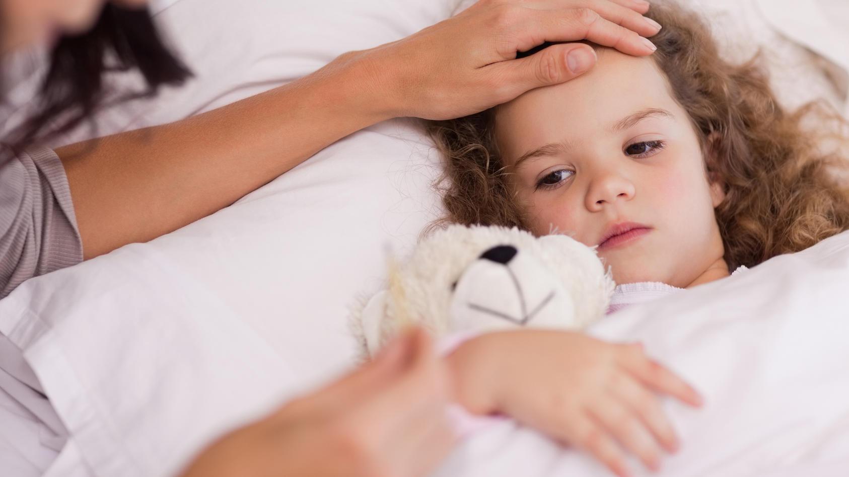 Bei einem Magen-Darm Infekt sollten Kinder viel trinken und sich ausruhen.