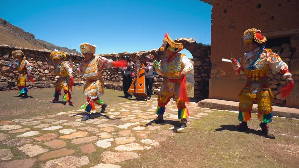 Profitänzer zeigen, wie der traditionelle peruanische Scherentanz aussieht.