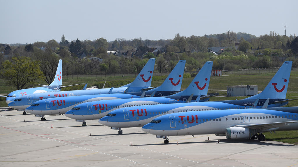 FILE PHOTO: Planes of German carrier TUI parked on a closed runway at the airport in Hanover because of coronavirus travel restrictions, Germany, April 18, 2020. REUTERS/Fabian Bimmer/File Photo