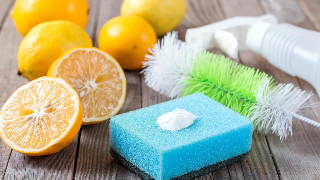 Essigessenz in Kombination mit Backpulver und Zitrone - ein wahres Putzwunder.