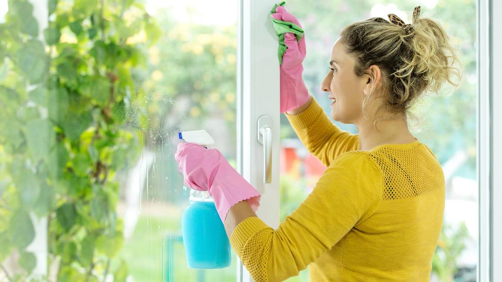 Fenster werden mit Essigessenz streifenfrei sauber.