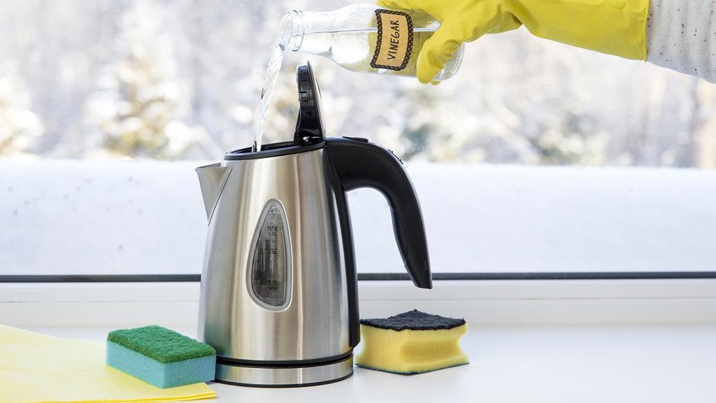 Wasserkocher und Kaffeemaschine werden dank Essigessenz wieder strahlend sauber.