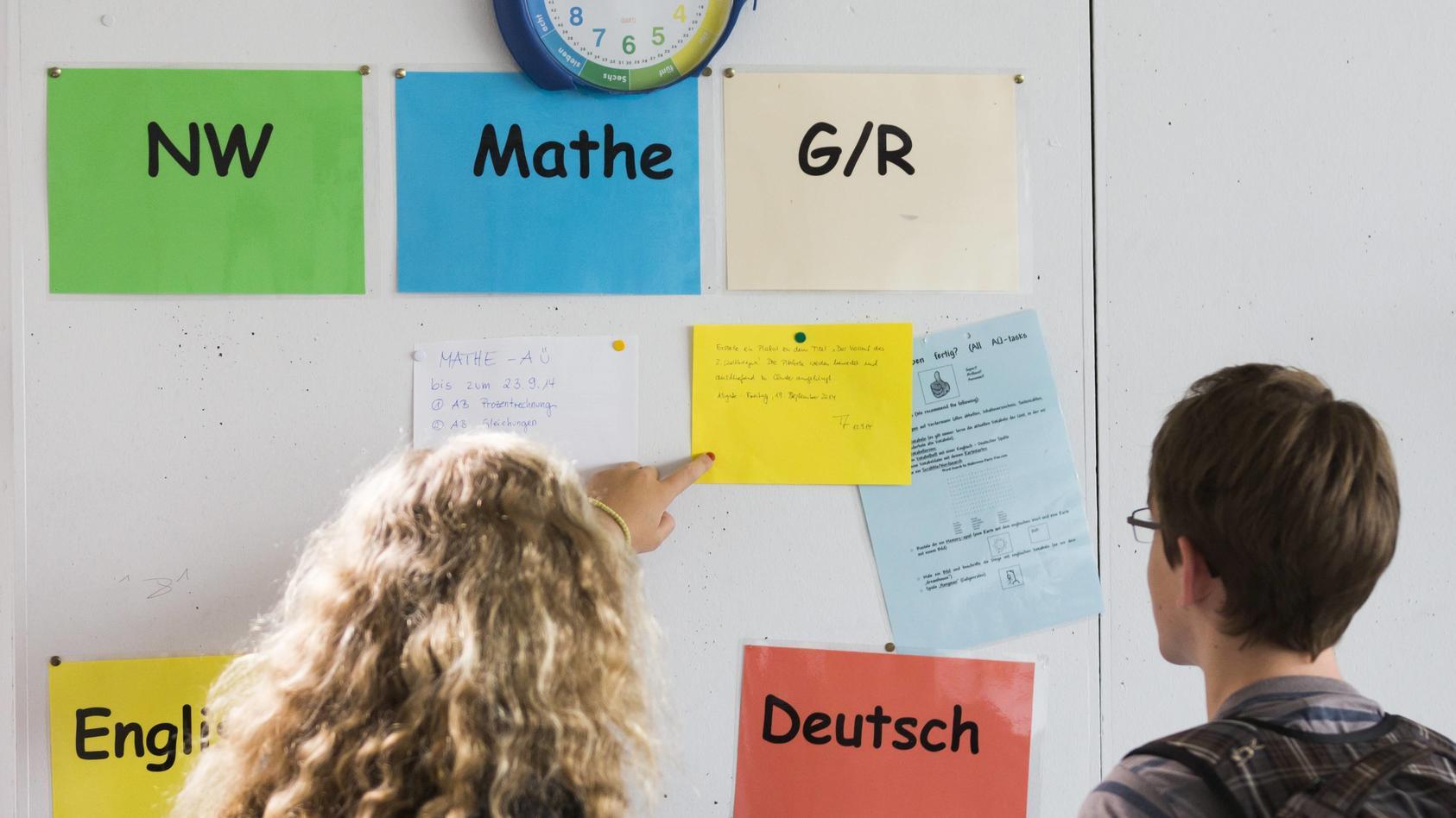 Gestellte Aufnahme Schueler der Georg Christoph Lichtenberg Gesamtschule IGS Goettingen zeigen auf