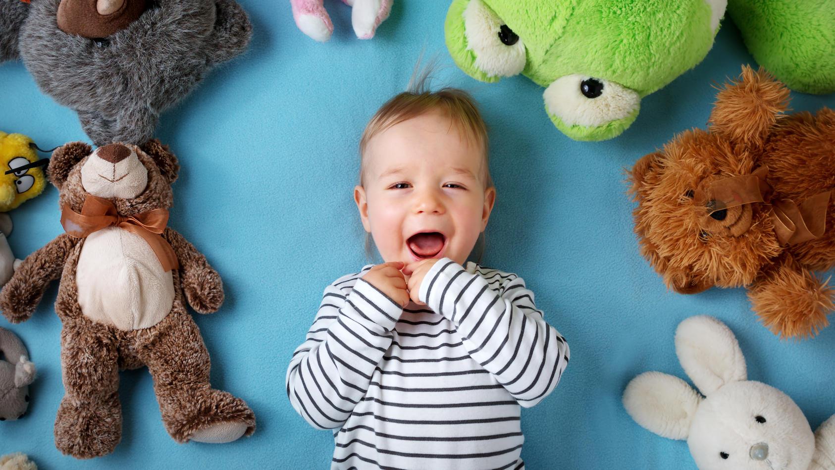 Ein ganzer Kuscheltier-Zoo für das Kind? Zu viele Spielsachen überfordern Kinder.