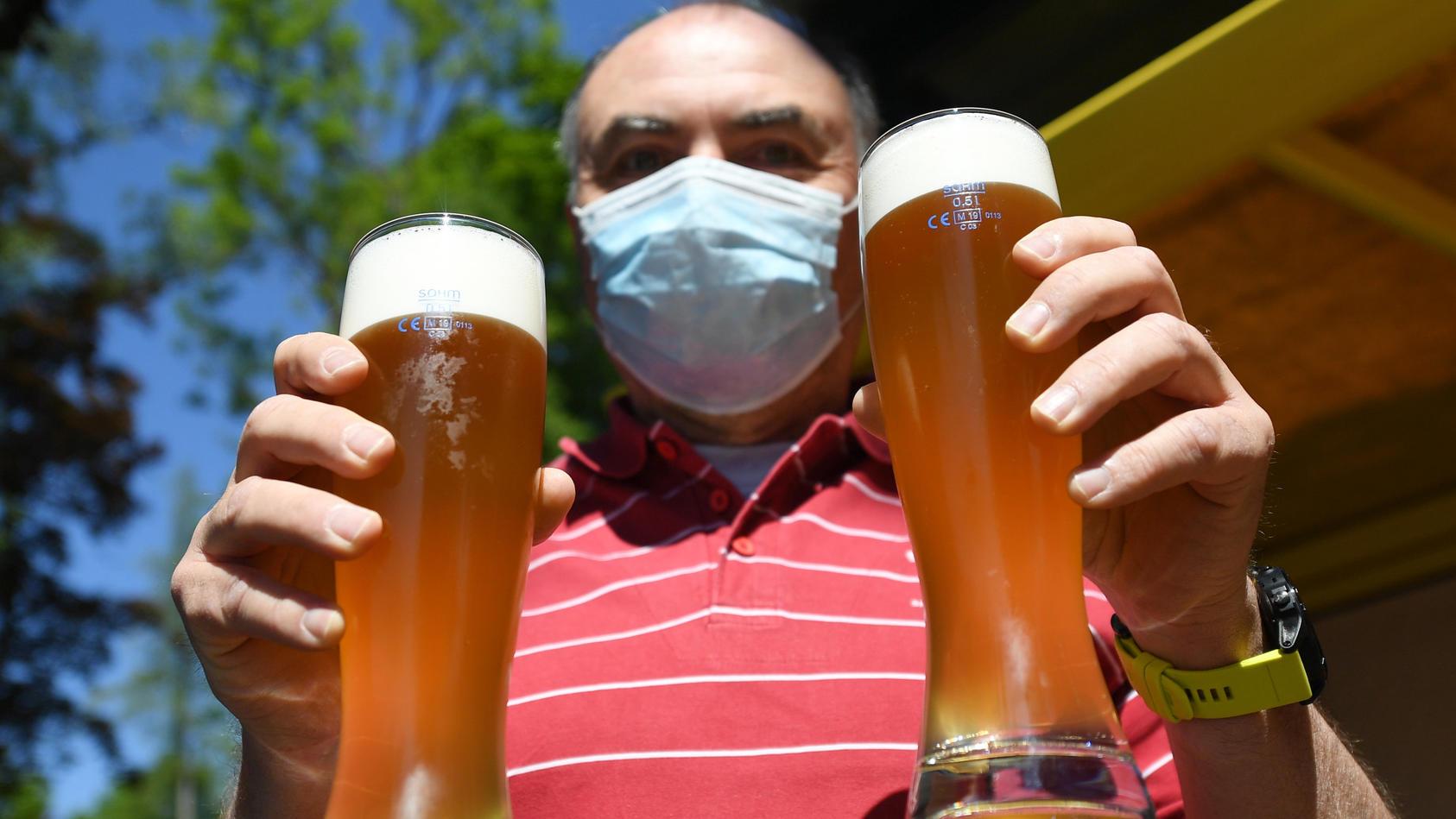 Erinnern Sie sich an den letzten Sommer? Wie wir draußen mit Freunden im Biergarten gesessen haben? Diese Bilder heute  zu sehen, erscheint unwirklich.
