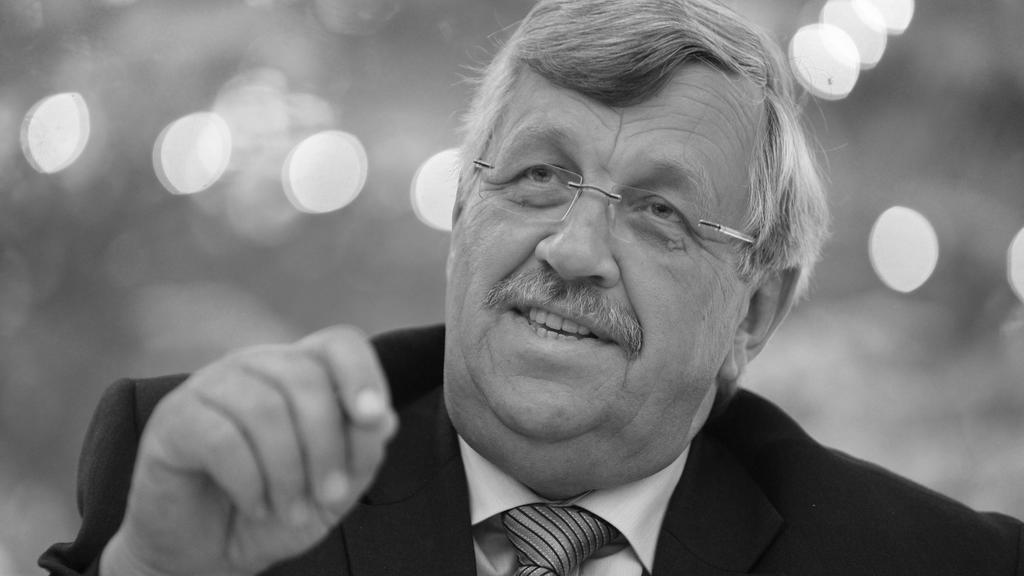 ARCHIV - 24.06.2012, Hessen, Kassel: Der damalige nordhessische Regierungspräsident Walter Lübcke (CDU) spricht zur Entscheidung zum Bau einer Abwasserleitung zur Werra. (zu dpa «Gedenken im Schatten von Corona: Vor einem Jahr starb Walter Lübcke») F