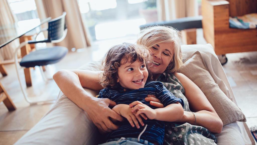 Frau und Kind spielen