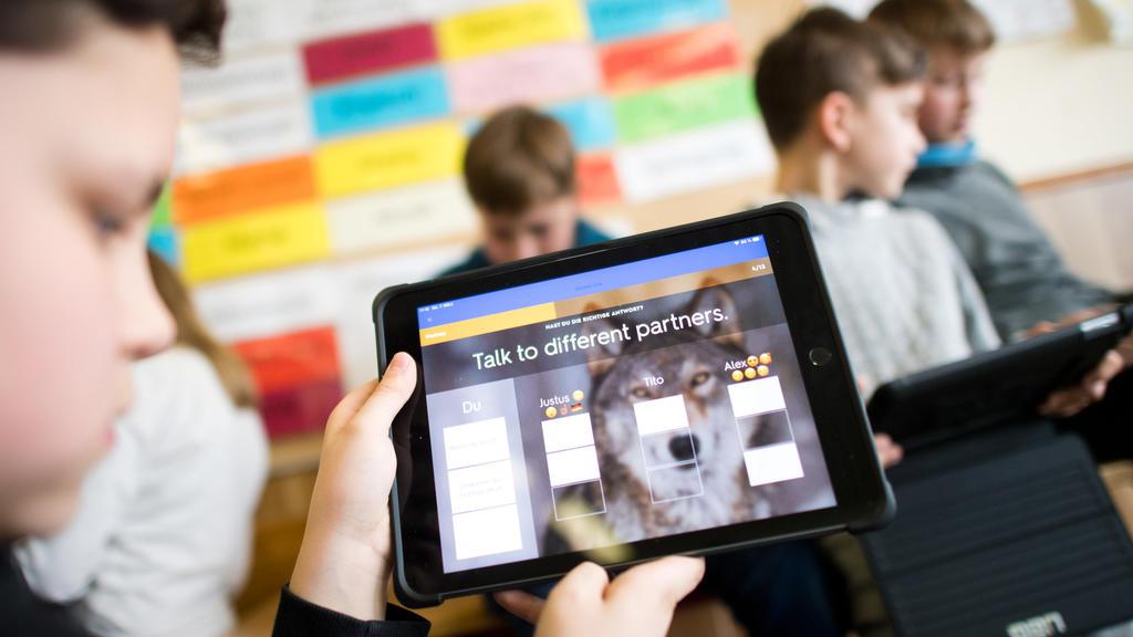 ARCHIV - 07.03.2019, Niedersachsen, Gehrden: Schüler einer 5. Klasse lernen mit iPads im Englischunterricht. (zu dpa: «Zu wenig Lehrer und schwache Digitalisierung an NRW-Schulen») Foto: Julian Stratenschulte/dpa +++ dpa-Bildfunk +++